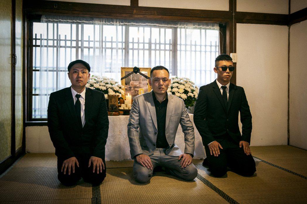 玖壹壹在「甕仔雞」MV中替寵物雞舉辦喪禮。圖/混血兒娛樂