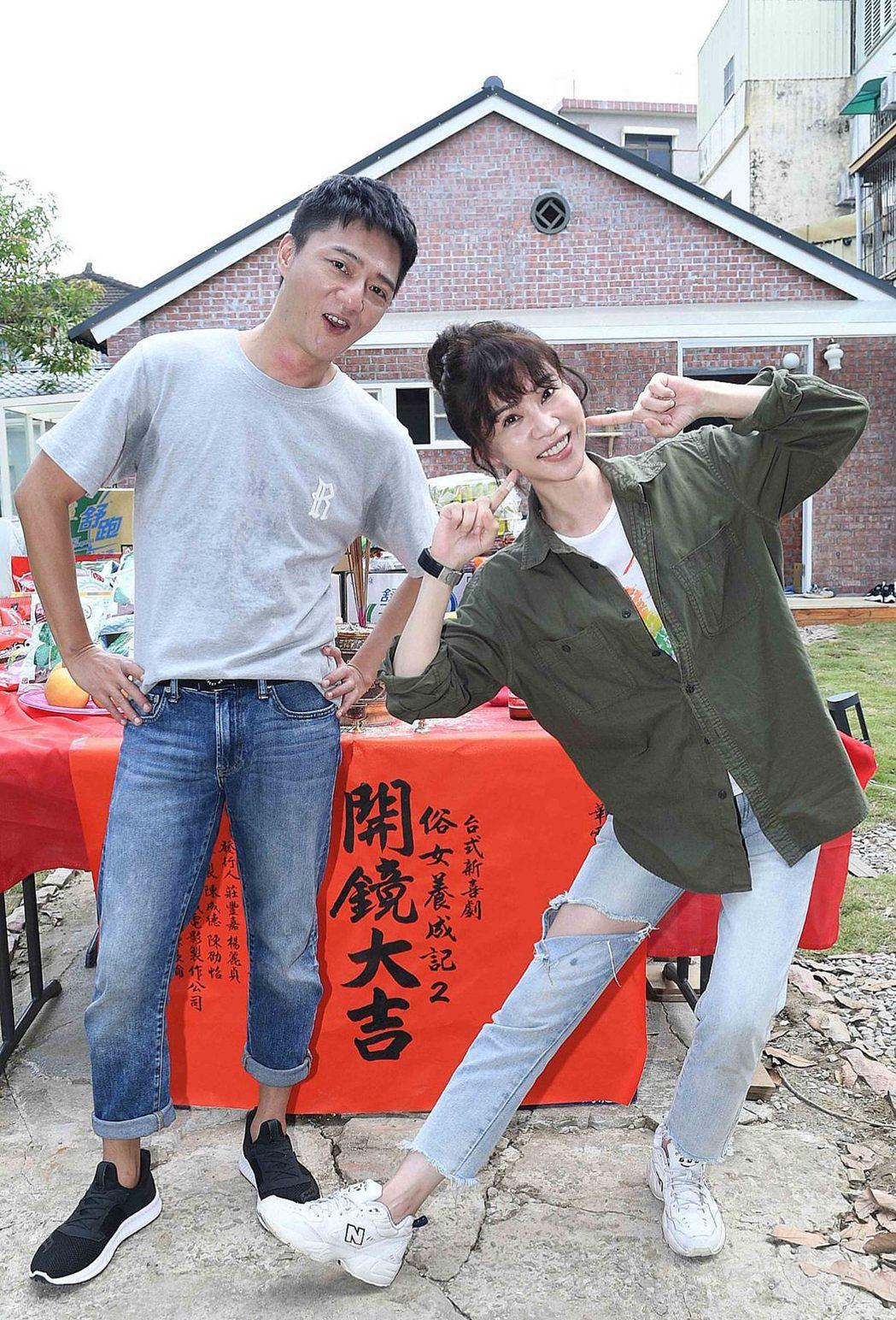 謝盈萱(右)、藍葦華出席「俗女養成記」第二季開鏡。圖/華視提供