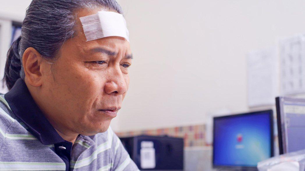 許傑輝飾演的「一哥」獨自接受治療。圖/公視提供
