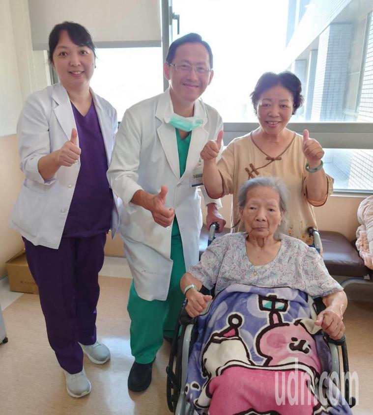 大千醫院外科主任馮啟彥(左二)最近幫老人家腹腔鏡微創手術,成功切除大腸癌,術後恢...