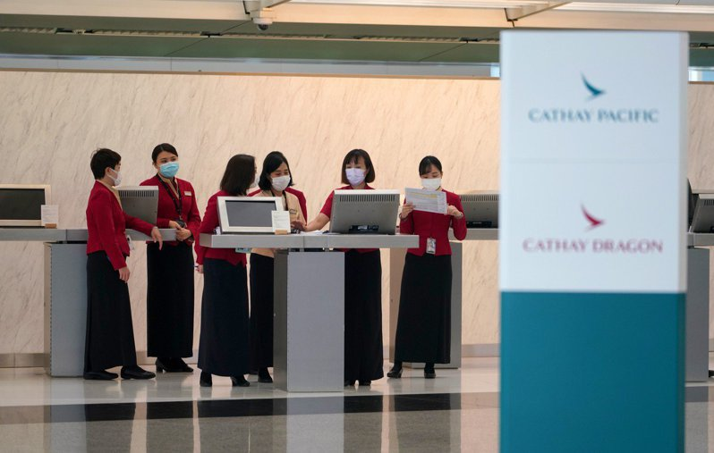 針對國泰可能將裁旗下1100名機組人員,香港業界工會5日促請國泰及港龍考慮推出自願離職計畫代替裁員。(圖/取自騰訊新聞)