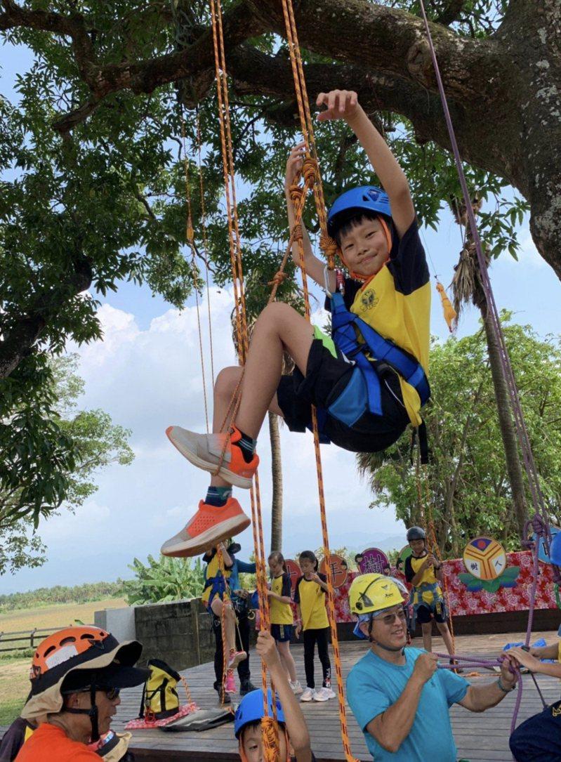 台南偏鄉小校努力發展特色教學,以爭取學生入學,圖為後壁區樹人國小攀樹課程。圖/樹人國小提供