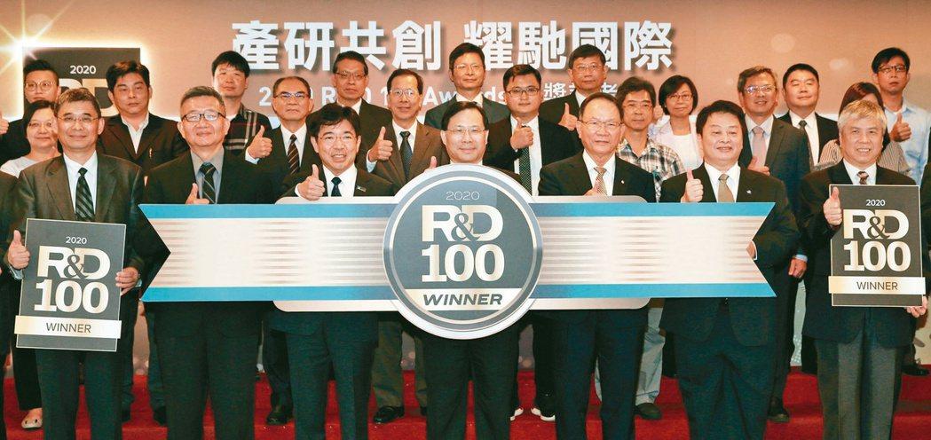 全球百大科技研發獎公布得獎名單,出席的包括台塑董事長林健男(前排右三起)、經濟部...