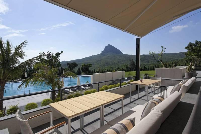 偉人行館的戶外泳池區,遠眺大尖山山景 。圖/有行旅提供