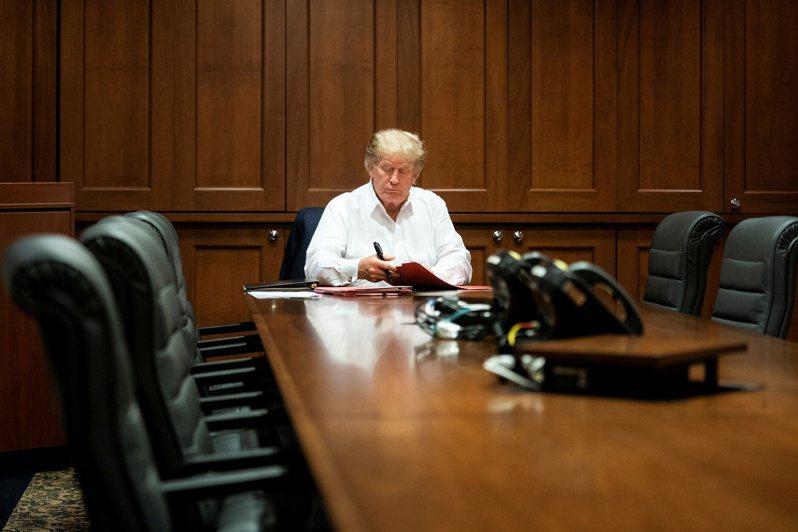 白宮三日發布照片顯示,美國總統川普三日在馬里蘭州華特里德軍醫院住院治療新冠病毒時,也在醫院辦公。(路透)