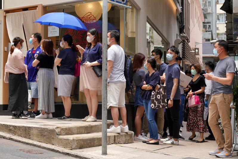人氣名店常見大排長龍的人潮。示意圖/中通社資料照