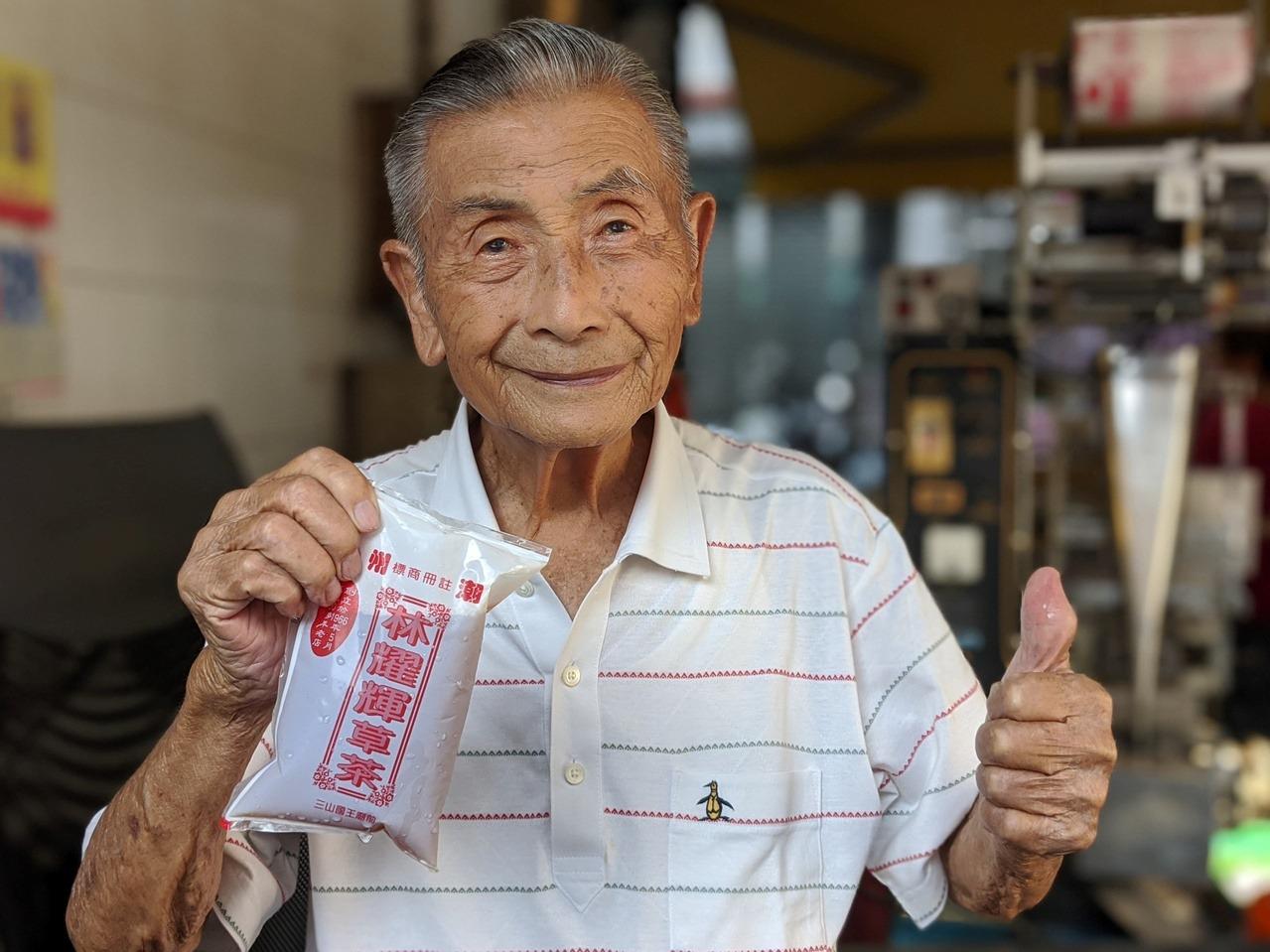 三山國王廟廣場前,可品嘗經營超過半世紀以上的「林耀輝青草茶」。 圖/陳弘逸 攝影