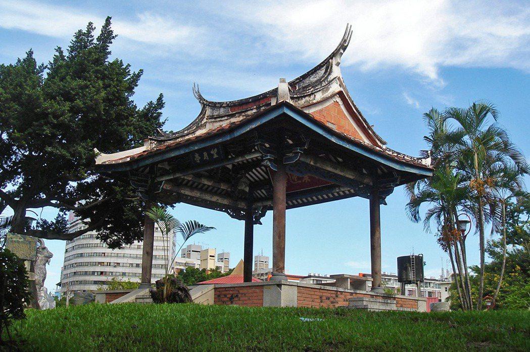 1885年就任台灣省首任巡撫的劉銘傳,以「橋仔頭」為設置省會的預定地點,興建城牆、城門及官方建築。圖為臺中公園望月亭,是臺灣省城(府城)僅存的門樓建築。 圖/取自維基共享