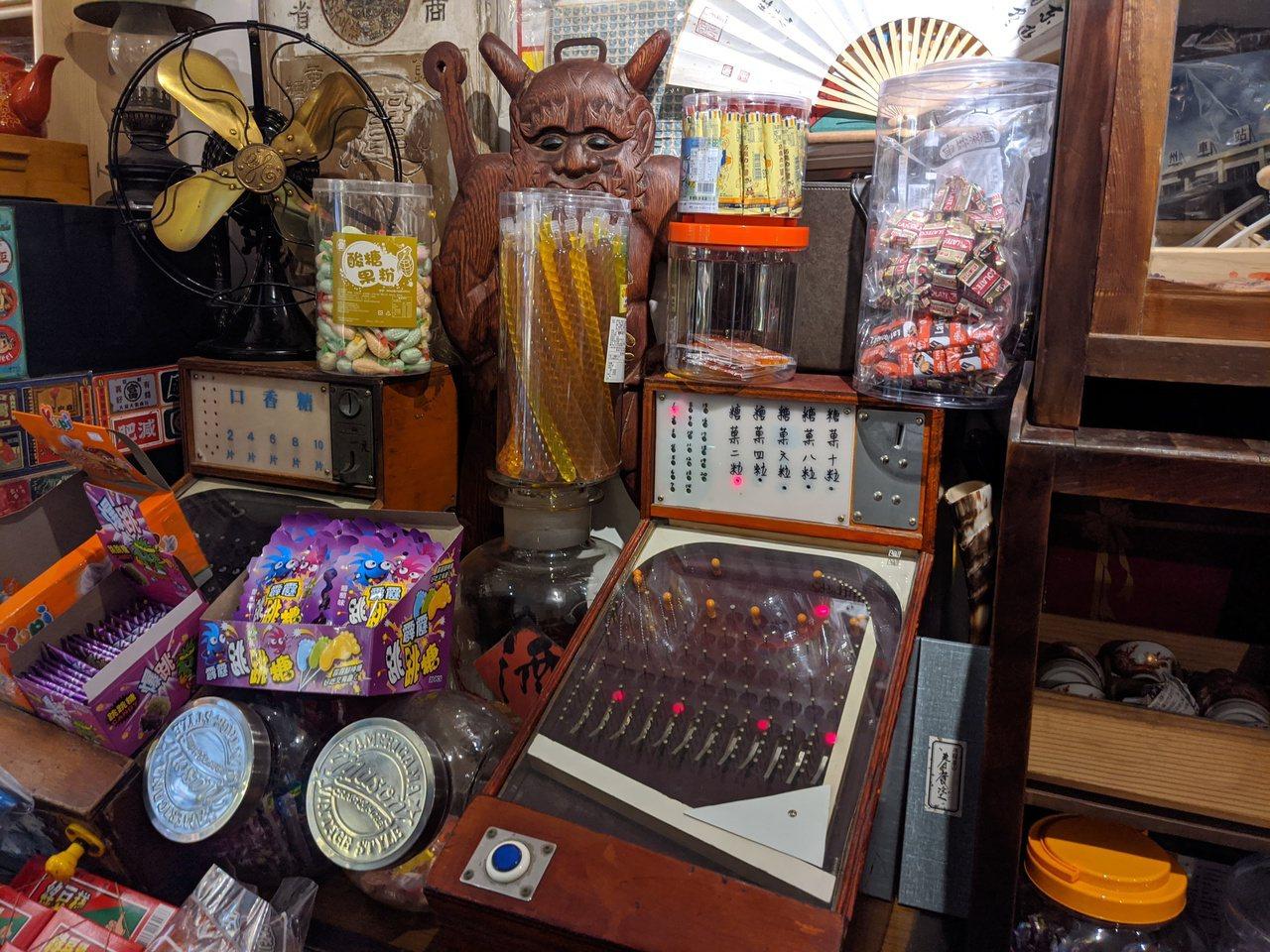 「台灣卡樂活168」,店內擺滿各式懷舊老物,以及琳瑯滿目的收藏品。 圖/陳弘逸 ...