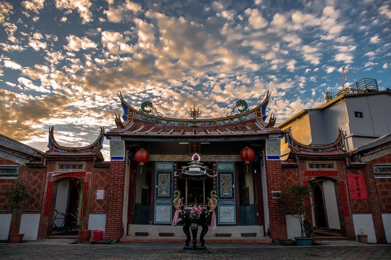 穿過泗林綠色隧道後,沿途可到潮州超過百年的3級古蹟朝林宮參觀。 圖/南山秋雄提供