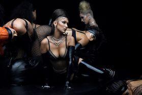薄紗透視內衣性感無極限!「性感超模」貝拉哈蒂德一轉身蜜桃臀全被看光