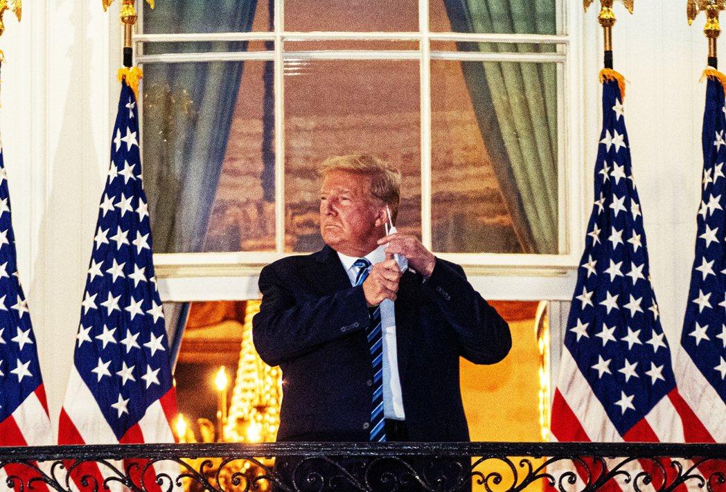 戴著一般口罩的川普,小心翼翼地爬上了白宮南面柱廊的階梯,然後他就突然在全國直播的...