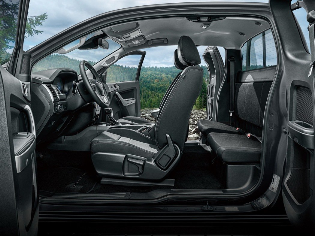 21年式New Ford Ranger職人型採用獨特的一廂半車身座艙與中央對開式...