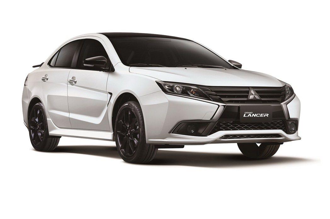 GRAND LANCER「B&W羨定版」特仕車主外觀全新升級為「黑控套件」。 圖...
