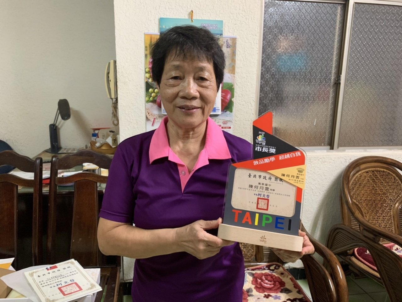 72歲的陳何月雲今年從北市萬華國中夜補校畢業,在學3年品學兼優,畢業時抱回市長獎...