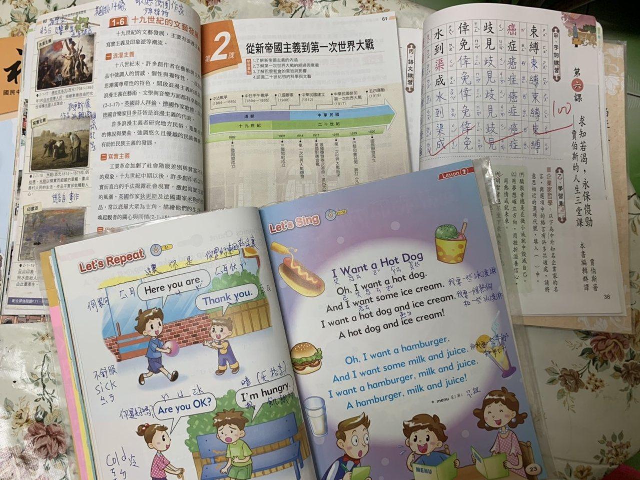 陳何月雲的課本滿滿筆記,記不起英語發音,她就用注音符號標示。 圖/趙宥寧 攝影