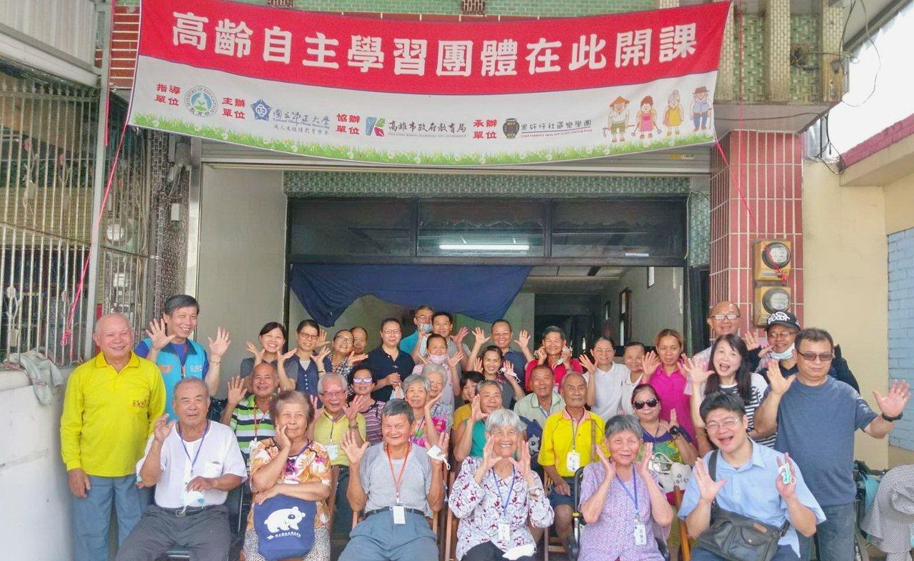 95歲俞林不(前排右二)、90歲的沈林三貴(前排右三)等高齡長輩因自主學習,日子...