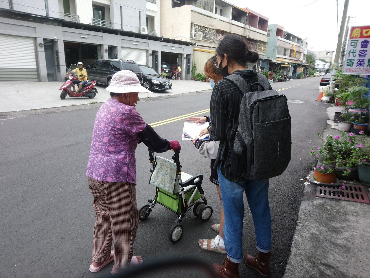 志工上街招攬高齡長輩一起來上學,讓社區許多長者重獲快樂人生。 圖/志工楊惟智提供
