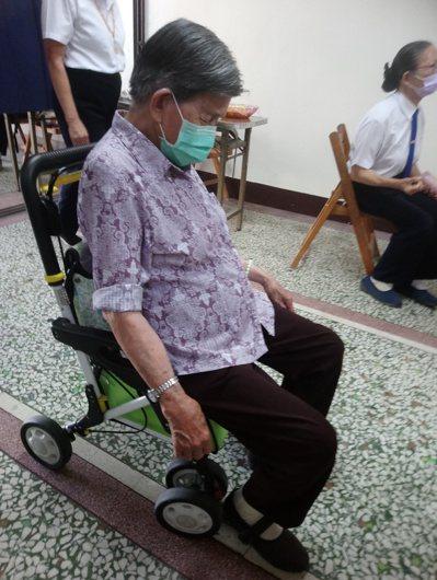即便上課偶而會打瞌睡,但老人家仍不缺席。 圖/志工楊惟智提供