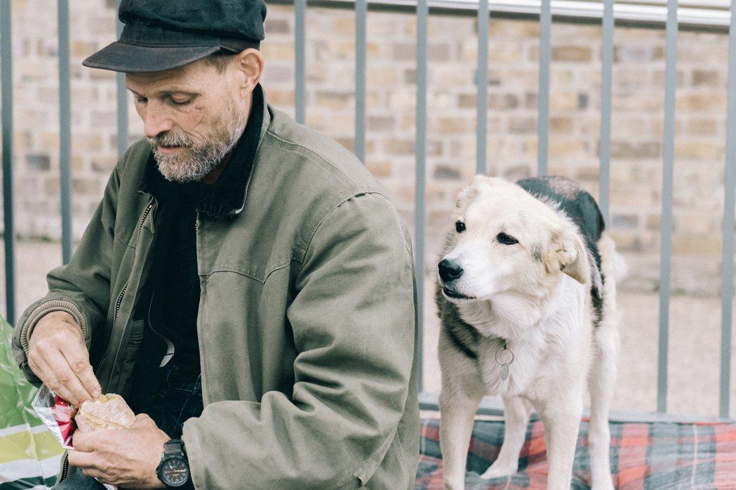 書店老闆之一 Jonathan Privett 與他的愛犬。 圖/倫敦男子日常