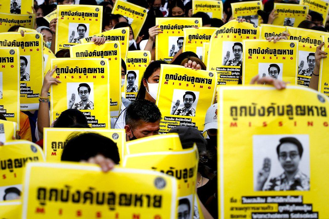 今年以學生為主的新世代公民,泰國從各個高中、大學校內開始發起了密集的快閃活動。圖...