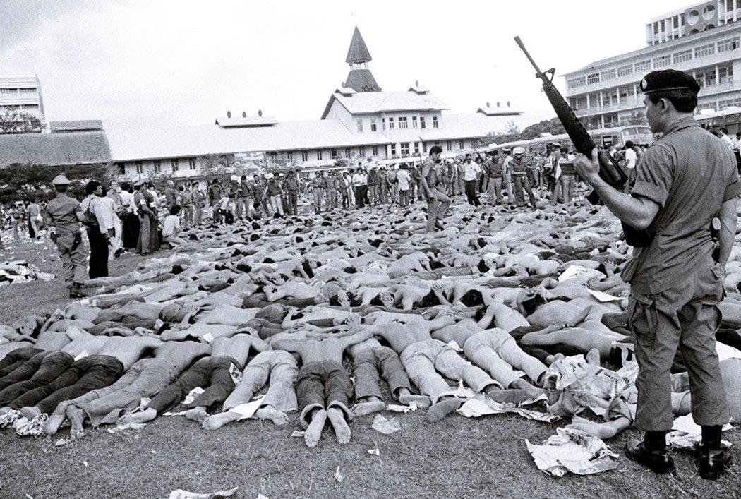 1976年法政大學大屠殺慘案,大批學生被抓捕、制伏於校園足球場上。大批左翼學生聚...