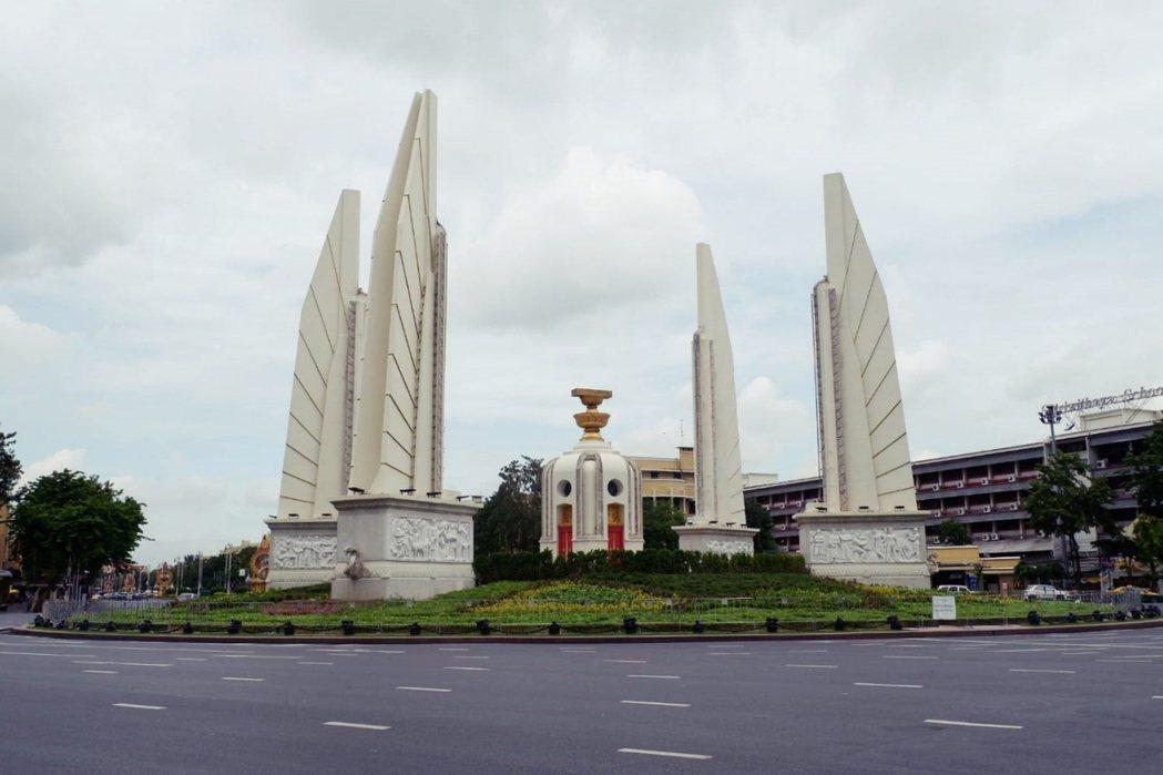 1932年12月,泰國史上第一部憲法誕生,並在1940年設立了象徵著立憲精神的民...
