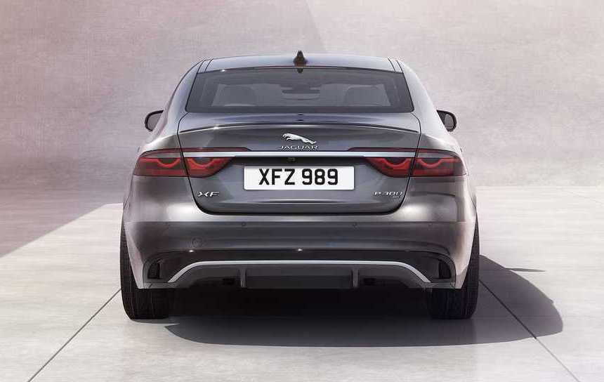 轎車版本的車尾採用了燻黑尾燈點綴。 摘自Jaguar