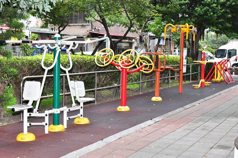 平時只要到公園運用既有的器材,就能提升肌肉耐力。