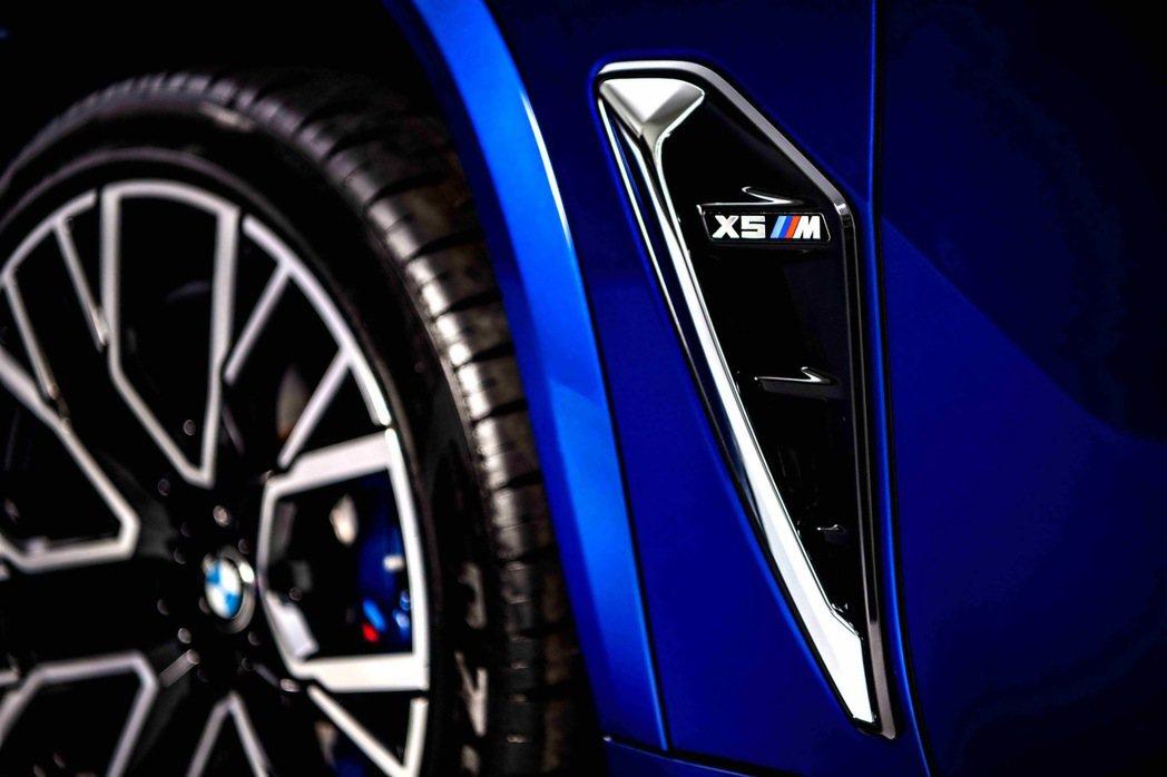 M專屬車側導流氣孔提升高速行駛時的穩定性,降低空氣阻力的同時也幫助剎車散熱。 圖...