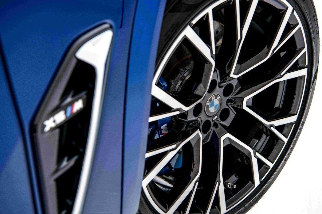 全新世代BMW X5 M搭載專屬的前21、後22吋M星幅式809M型輪圈。 圖/...
