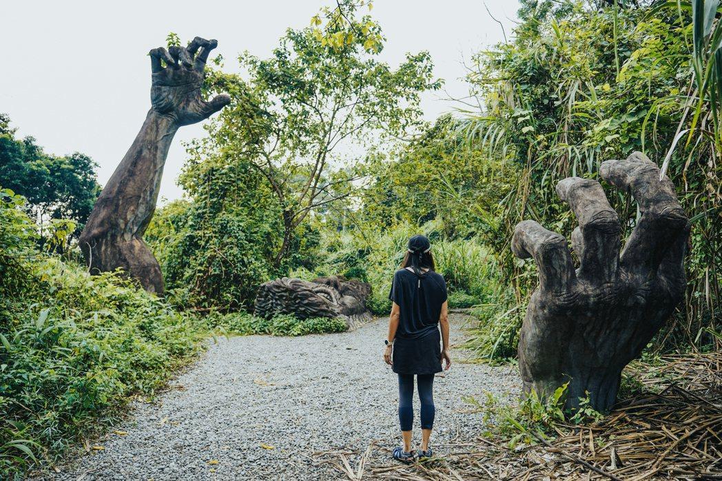 「巨人之手」,驚恐的巨人彷彿在抗拒深陷泥沼而掙扎著。 圖/TaiTai LIVE...