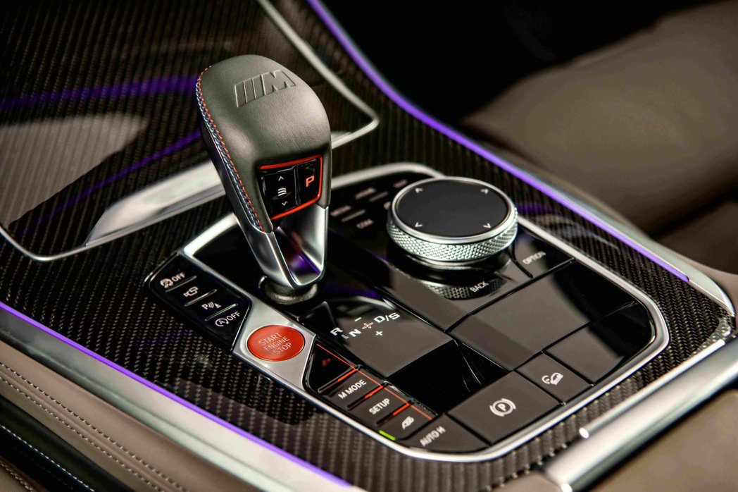 BMW X5 M採用Drivelogic三段換檔邏輯,緊密順暢的換檔反應提升行駛...