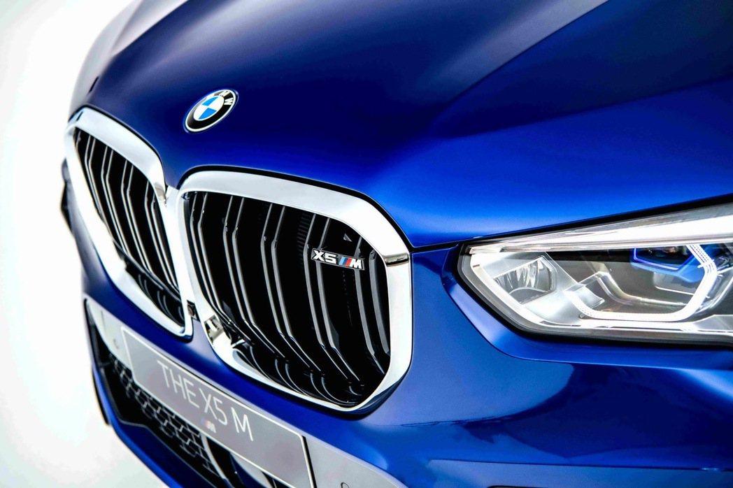M專屬黑色高光澤雙肋造型水箱護罩與鍍鉻外框,搭載湛藍色智慧雷射頭燈,顯示BMW ...