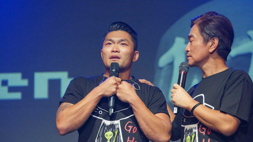 李玖哲(左)淚水潰堤,一度不能言語。圖/滾石提供