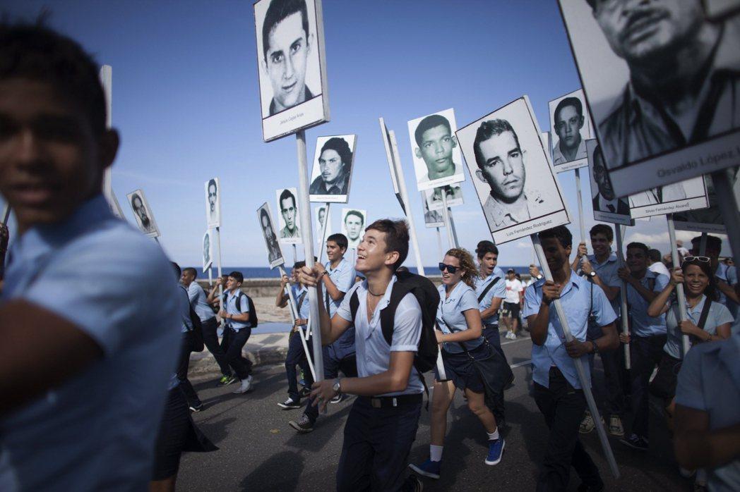 「所有卡斯楚的飛機都是戰機,航班的乘客沒有人無辜。」圖為民眾高舉受害者遺像示威。...