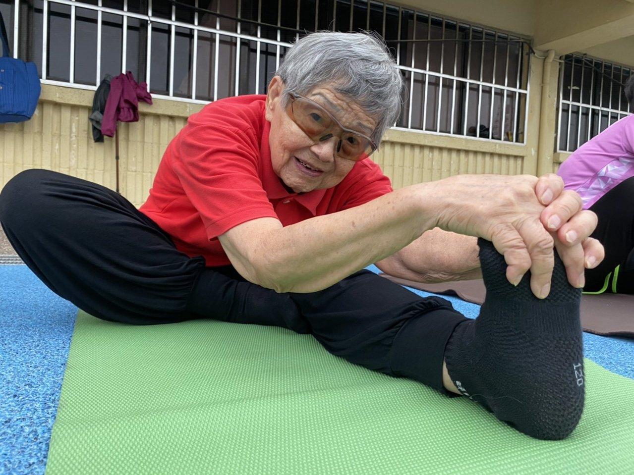 93歲的謝滿阿嬤,做起瑜伽,展現肢體軟Q的模樣,令人折服不已。 圖/劉明岩 攝影