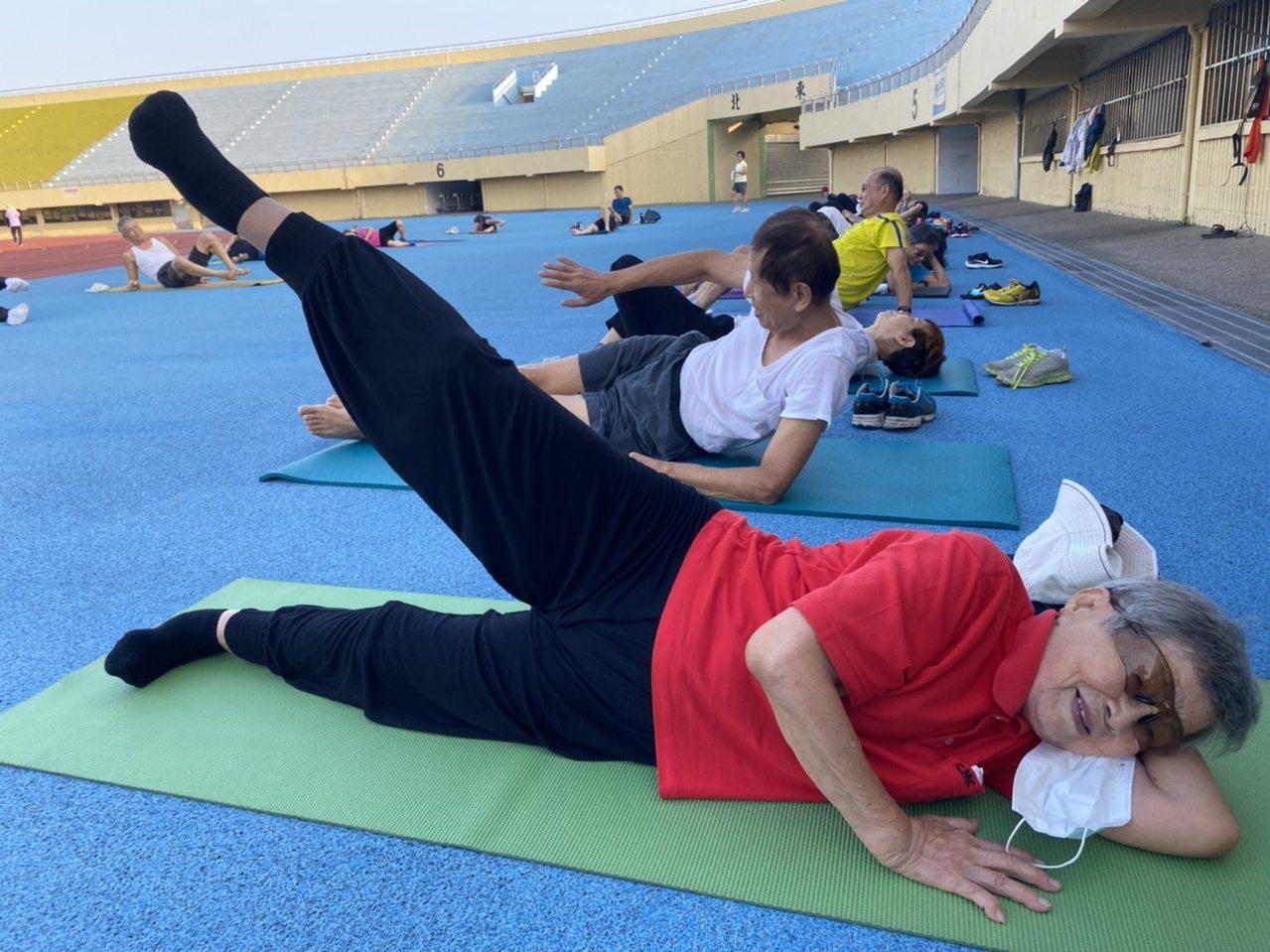 謝滿維持早晚都要運動的習慣,持續慢走、健康操等,到了90歲,仍耳聰目明,行動自如...