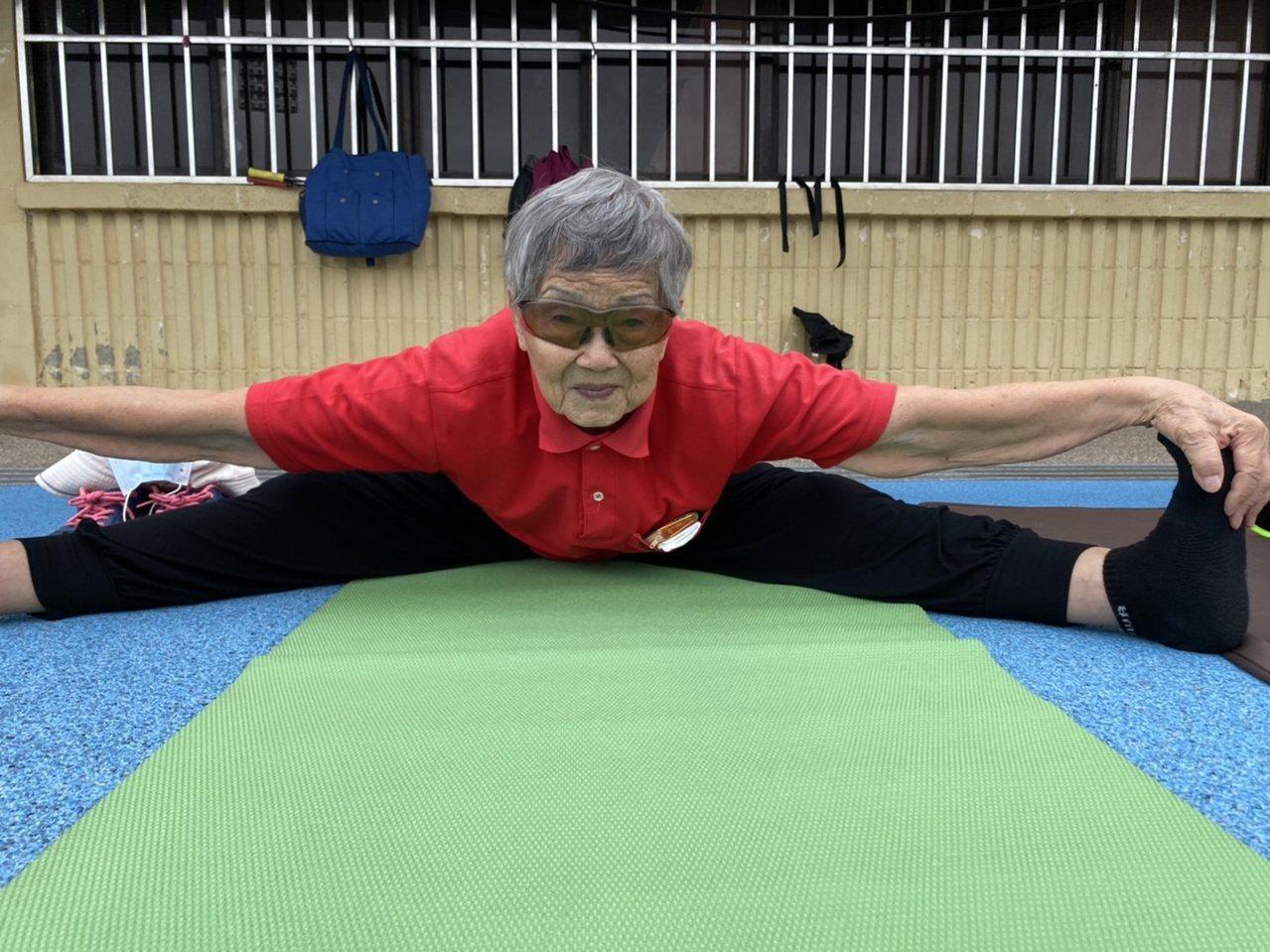 瑜珈老師邱聯榮說,謝滿阿嬤除坐姿前彎外,還能做分腿前彎、鴿式、盤腿等動作,可見她...