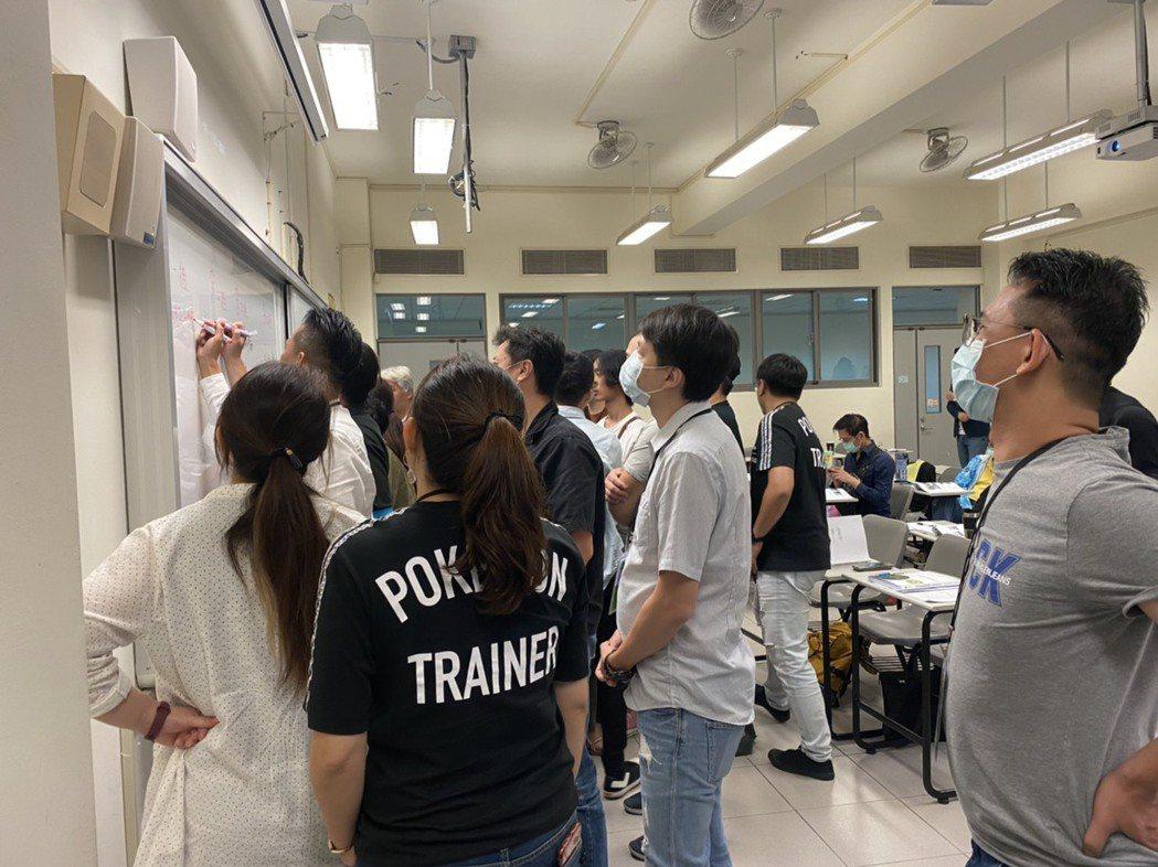 課堂學員小組互動式交流,提高學習效率。 台灣綠裝修發展協會/提供