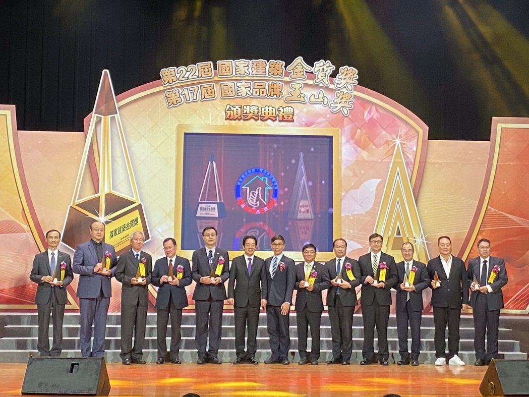 副總統賴清德(左六)親臨頒發國家品牌玉山獎,並與得獎者合影。康堃皇╱攝影