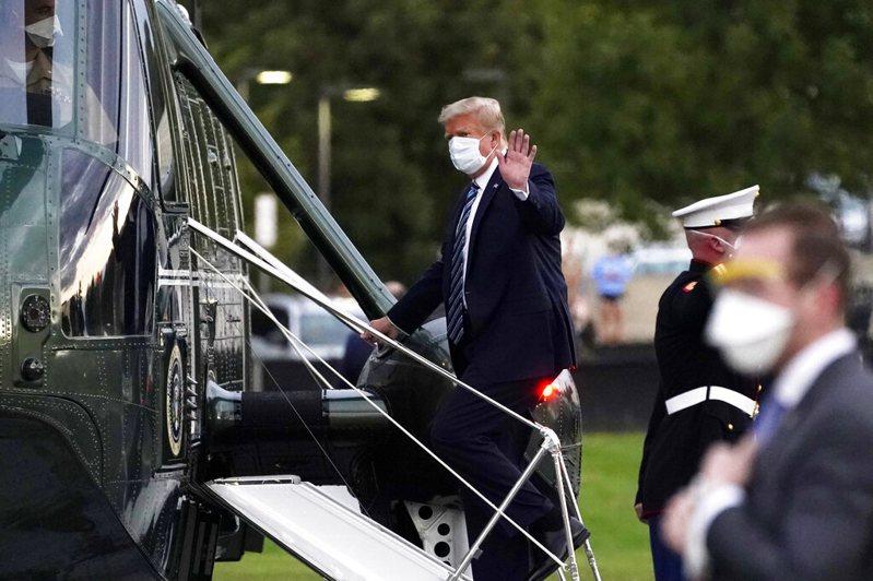 川普出院搭機返回白宮。美聯社
