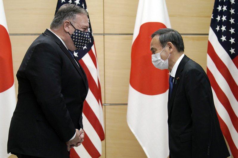 美國國務卿蓬佩奧(左)盛讚日本新任首相菅義偉(右)是「正道力量」。圖/美聯社