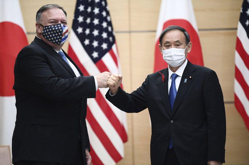 日本首相菅義偉(右)今天進行就任以來首度「會見外交」,跟來訪的美國國務卿龐培歐(左)舉行會談。圖/美聯社