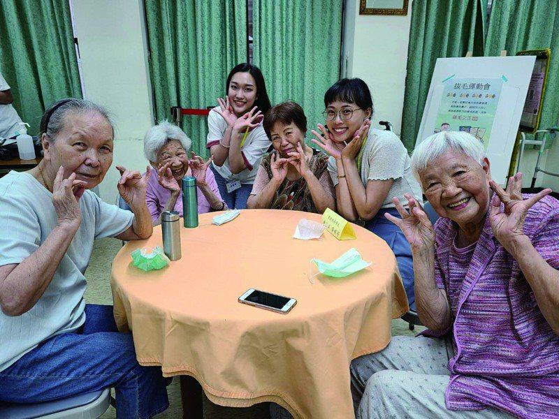 學生們籌辦活動邀請長者同樂,打造青銀共居下的跨世代交流。 圖ー台北市社會局