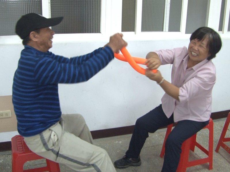 長者們透過彼此牽手互動、練協調與反應力,好玩又能流汗,還有共享午餐,銀髮樂活更充實。 圖/觀天下有線電視提供