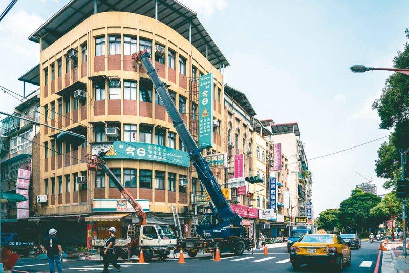 新北市府在板橋林家花園及府中郵局周邊地區進行街道環境改善。圖/新北都更處提供