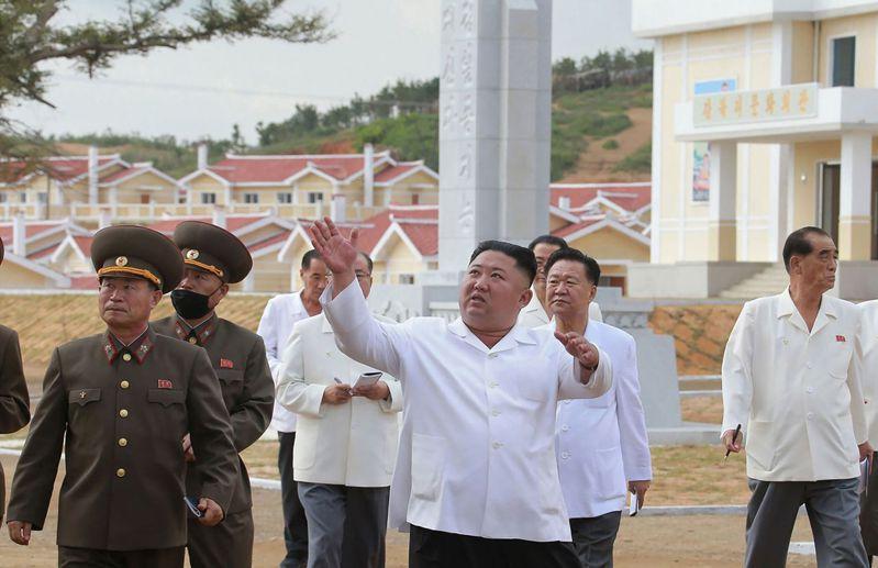 北韓最高領導人金正恩(中)在近期洪災後前往黃海北道視察災區重建。法新社