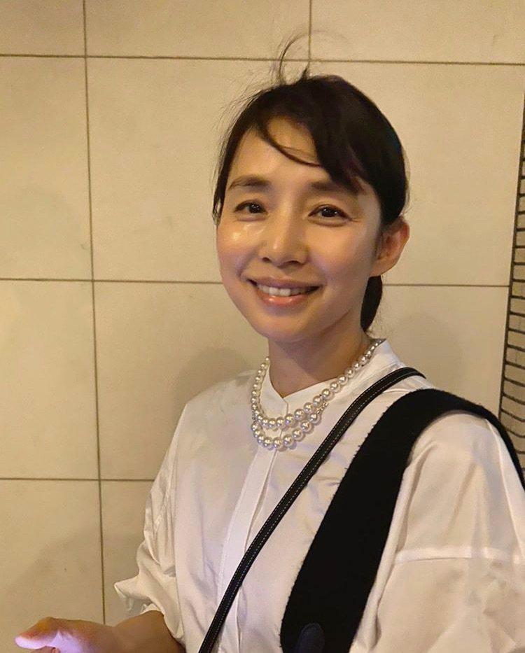 石田百合子在51歲生日時PO文,配戴自己購入的MIKIMOTO COMME de...