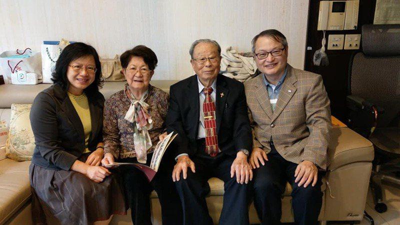 屏東恆春基督教醫院院長陳志成(右)去年和太太到高雄拜訪戴娓娜的父母親戴忠德牧師和廖恩惠。圖/陳志成提供